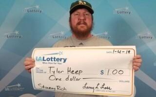 Победитель лотереи в Айове получил подарочный чек на выигрыш в 1 доллар